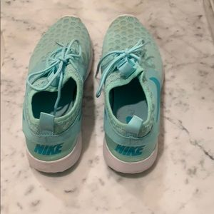 Barely worn Nike tennis shoes